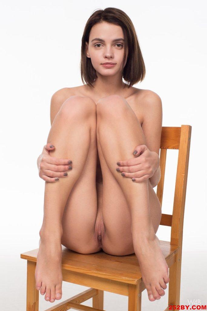 木椅子有些太简单了 人美就好啊
