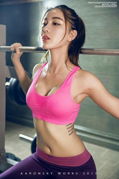 运动型美女健身香汗淋漓