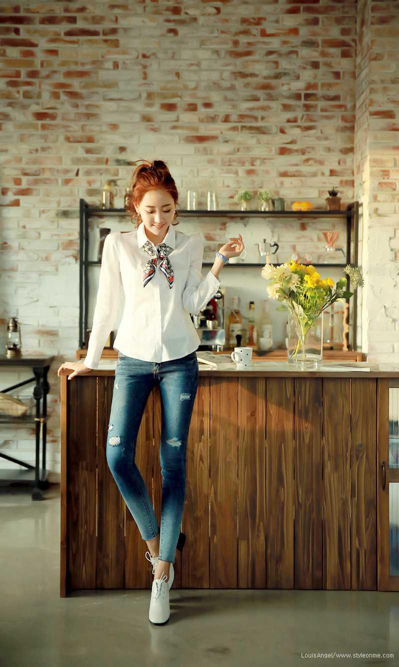 牛仔裤美女一身休闲装显好身材
