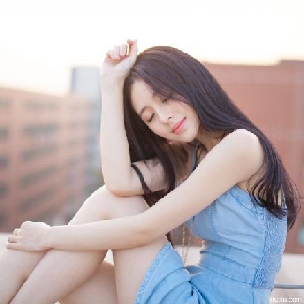 清新甜美长发美女天台写真