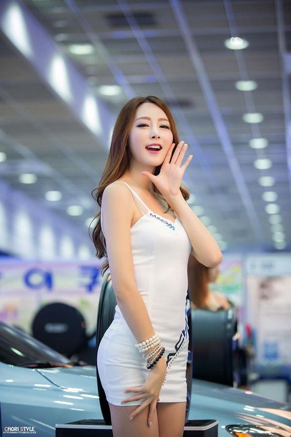 韩国轻熟女车模超短站台