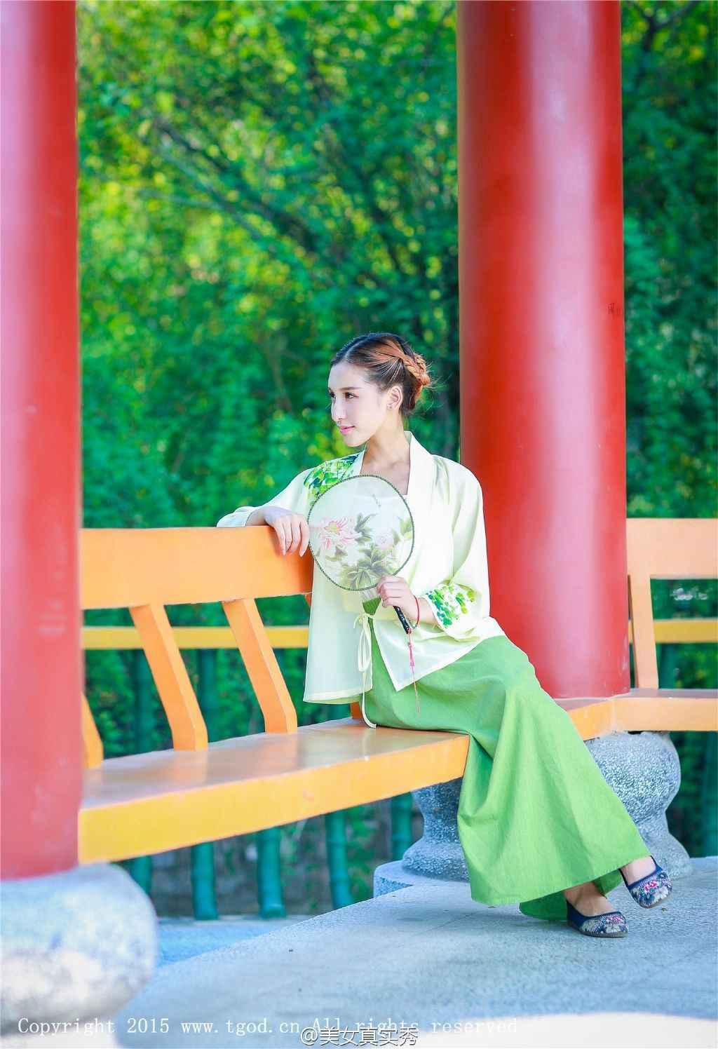 意境古装美女桥上写真