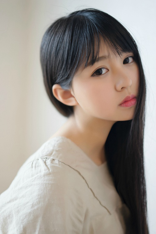 白皙单眼皮清纯长直发美女