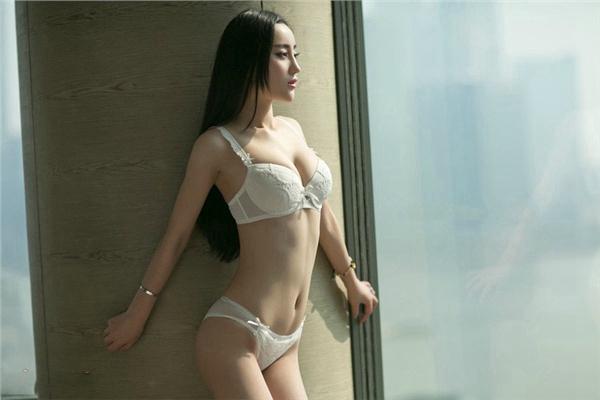 性感美胸少妇内衣窗台写真